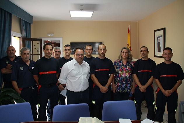 20120801184635-nuevos-bomberos-alcaldesa-y-concejal-seguridad-y-jefes-bomberos-almnecar-12.jpg