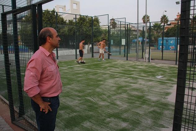 20120802092037-concejal-de-deportes-visito-trabajos-cambio-cesped-pistas-padel-almunecar.jpg