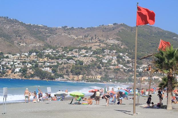20120805154306-bandera-roja-en-la-playa-de-la-herradura-este-domingo.jpg