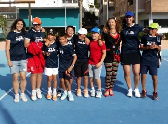 20140505145722-equipo-alevin-y-tecnicos-club-tenis-costa-tropical14-1-.jpg