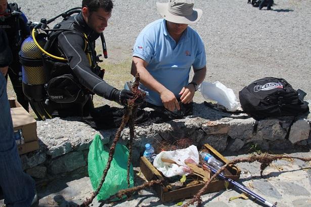 20140918183908-buceadores-despositan-objetos-recogidos-del-mar-limpieza-fondos-marina-este-1.jpg