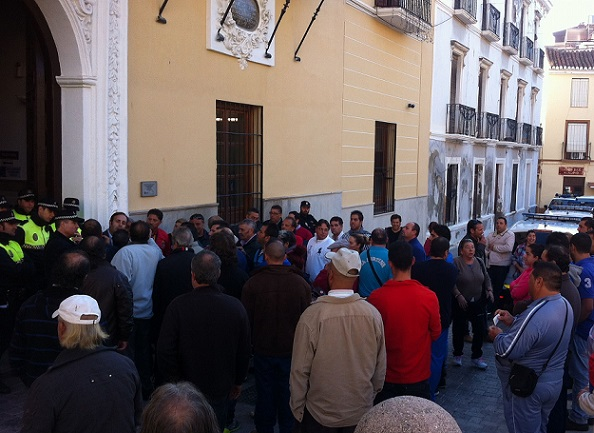 20141118154840-protesta-de-los-comerciantes-ante-el-ayuntamiento-de-motril.jpg