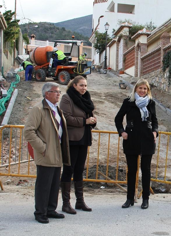 La Diputación acomete la reforma integral de la única calle sin asfaltar de Vélez de Benaudalla
