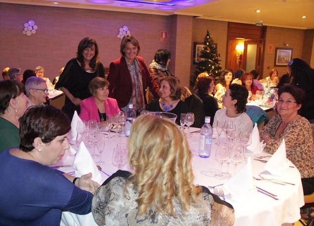 Un centenar de motrileñas clausuran los talleres sociales de adultos con una cena de Navidad