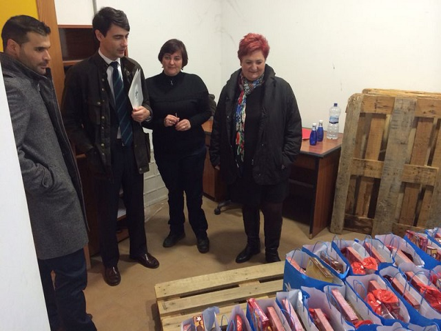 20141218215741-alcaldesa-y-responsables-de-la-caixa-en-la-entrega-de-alimentos.jpg