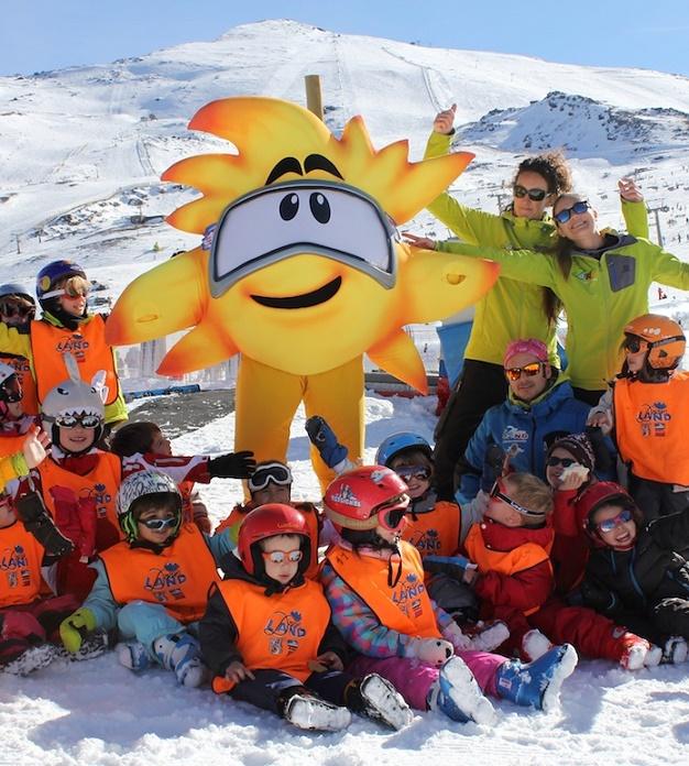 Suly, la nueva mascota de Sierra Nevada, presenta la programación de Navidad, enfocada a los niños