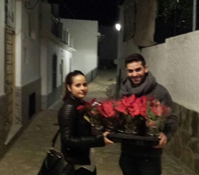 El Partido Popular de Salobreña celebra la Navidad regalando flores de Pascua a sus vecinos