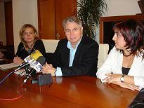 El alcalde de Motril y la Junta firman un convenio para favorecer la integración de la comunidad gitana