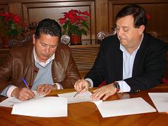 El teniente de alcalde y concejal de Turismo, José Carlos López Pérez, ha firmado un convenio de colaboración con el director del semanario 'El Faro' para la promoción de los premios 'Faro de Oro'