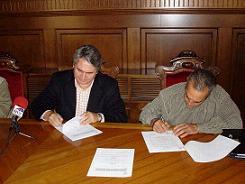 El alcalde de Motril, Pedro Álvarez, y el teniente de alcalde Vicente Morales, han firmado un convenio de colaboración entre la Federación de Minusválidos de la Costa y la Alpujarra (FEMICOAL) y el Centro Comercial Alcampo por el que se contratarán seis trabajadores con minusvalía