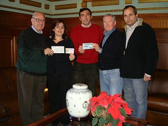 La Peña de fútbol Marea Azul y Blanca entrega un cheque por valor de 410 euros que se destinará a comprar juguetes a niños bielorrusos