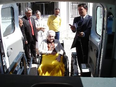 El alcalde de Motril presenta el nuevo vehículo adaptado para el transporte de los residentes de San Luis adquirido por el Ayuntamiento con la ayuda de La Caixa