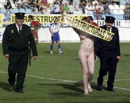 Expulsada de España la rusa que saltó desnuda en el partido Motril CF-Granada AT
