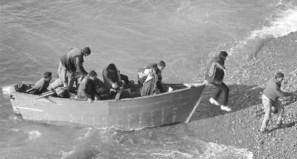 Detenido el patrón de una patera que tiró por la borda a inmigrantes porque la embarcación llevaba sobrepeso
