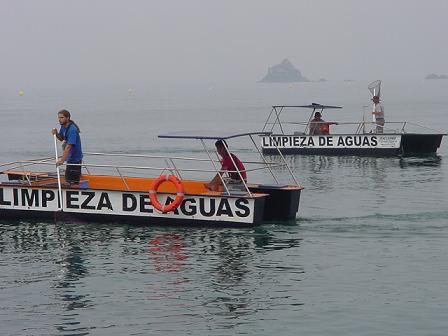 Cuatro embarcaciones limpian las aguas del mar de Almuñécar