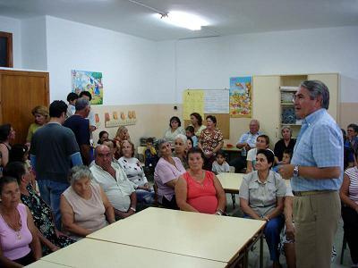 El alcalde presenta a los vecinos del Varadero las obras de rehabilitación de las viviendas sociales del barrio que  realizará la Junta de Andalucía