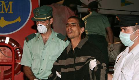 La policía de Motril traslada 58 de los 64 inmigrantes a Tarifa