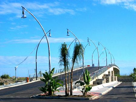 El puente sobre el río Guadalfeo acabado por un lado y sin caledario de finalizarlo, por el otro