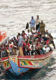 El SVAM intercepta una patera con 33 inmigrantes a bordo en la costa de Granada