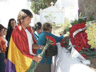 IU de Salobreña celebra en las puertas del cementerio el 76 aniversario de la II República