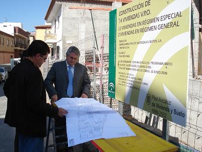 El alcalde de Motril visita las obras de 14 viviendas de VPO en la zona norte de Motril