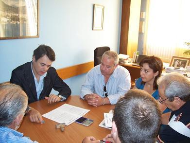Carlos Rojas firma un acuerdo de compromisos con los vecinos Miramar de Calahonda