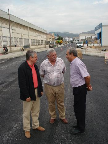Pedro Álvarez visita las obras de urbanización del Polígono de El Vadillo, cuya obras están muy avanzadas tras el asfaltado de la calle Tegucigalpa