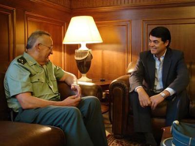Carlos Rojas trata temas de seguridad ciudadana con el capitan de la Guardia Civil