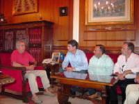 Imbroda recibe al alcalde de Motril, urbe muy vinculada a la Semana Náutica