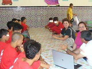 Teresa Morales visita a los inmigrantes menores establecidos en Motril