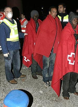 Llegan en patera a Motril y en buen estado 35 inmigrantes. Entre ellos 11 menores y y 4 mujeres