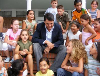 Casi 8.000 alumnos inician el curso escolar. El alcalde formaliza el acto inaugural en el colegio San Antonio de Motril