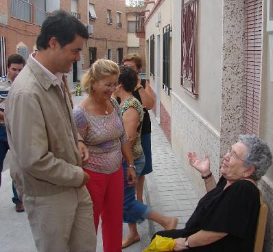 El alcalde de Motril visita el barrio de Las Angustias