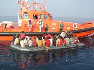 Avistan una patera frente a la costa de Clahonda con unos 30 inmigrantes abordo