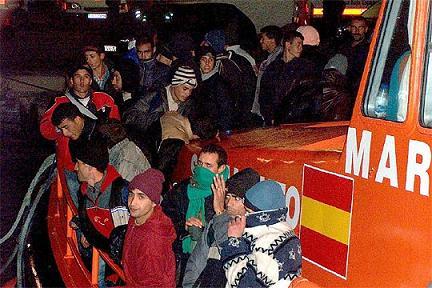 Detenidos 35 inmigrantes de una patera interceptada en la costa de Granada