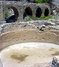 La Junta de Andalucía insta al Ayuntamiento de Almuñécar a limpiar de fango el acueducto romano