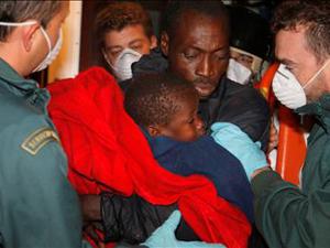 Detenidos los ocupantes de una patera interceptada en la isla de Alborán y que está siendo remolcada al Puerto de Motril