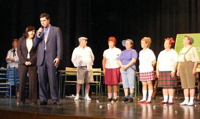 Los mayores de Motril utilizan el teatro para concienciar a los más jóvenes sobre la importancia de asistir a clase