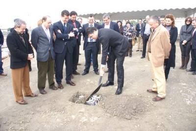 El alcalde de Motril preside el acto de colocación de la primera piedra del futuro centro comercial y de ocio de la ciudad