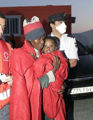 Llegan 37 inmigrantes en una patera a la costa de Granada