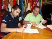 El Área de Deportes patrocina a los corredores del equipo del Bull Bikes tras la firma de un acuerdo de colaboración