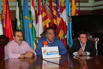 El Ayuntamiento vuelve a mostrar el apoyo al equipo del Motril CF encargándose del autobús que desplaza a la afición a Santander