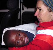 En la UCI un bebé y un hombre de los inmigrantes que llegaron a Motril, mientras que otro bebé pasa a planta