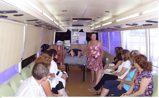 Llega a Salobreña el autobús para cuidadores de personas dependientes