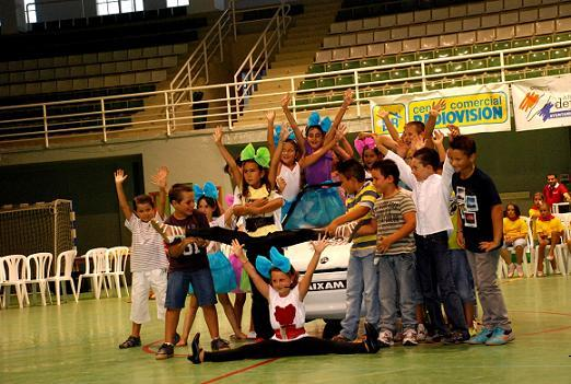 La Escuela de Verano del Área de Deportes celebró su clausura con un gran acto con actuaciones de baile