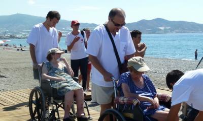 Setenta y cinco mayores de la residencia geriátrica Costa Nevada en un día de playa