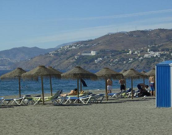 La playa sobrevive al otoño en Salobreña