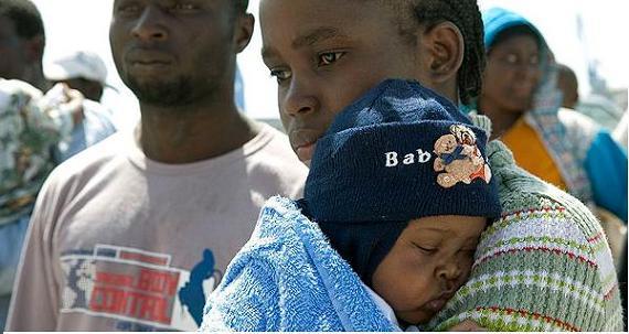 Llega a Motril una patera con seis mujeres, un bebé y un niño entre sus 55 ocupantes