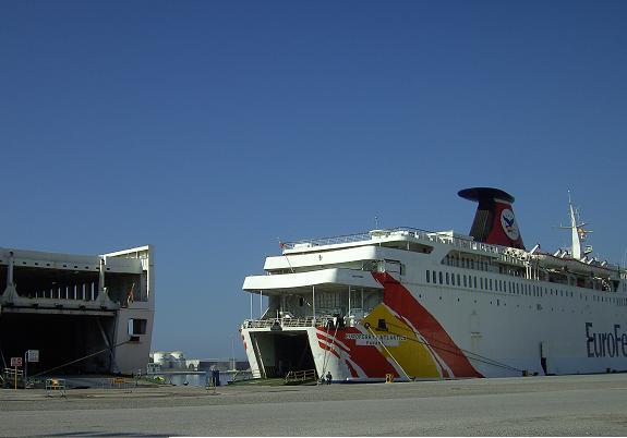 Chocan dos barcos en el puerto de Motril