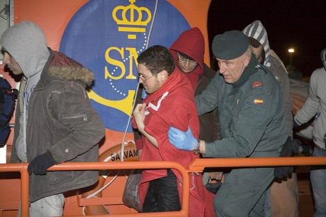 La Guardia Civil intercepta una patera con 18 inmigrantes cerca de la costa granadina